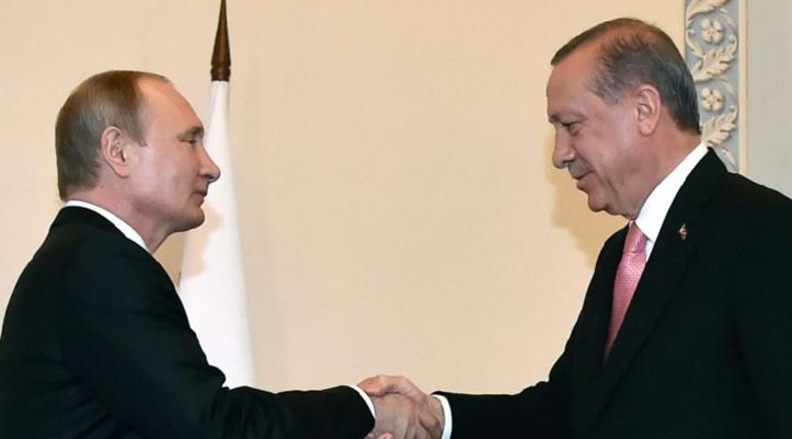 """Poutine et Erdogan se promettent une """"difficile"""" réconciliation après des mois de crise"""