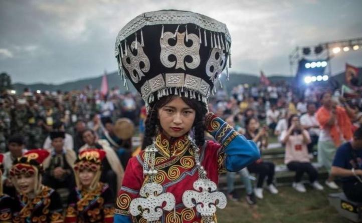 Au Sichuan, la Fête des Torches de l'ethnie Yi illumine les collines