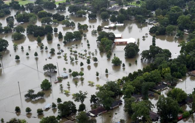 Des milliers d'évacuations face aux inondations en Louisiane et aux incendies en Californie