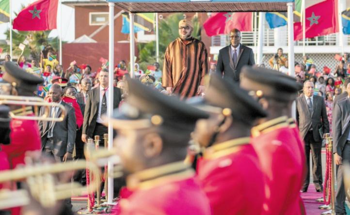 L'arrivée du Souverain à Dar es Salam où il a été accueilli par le président John Pombe Magufuli.