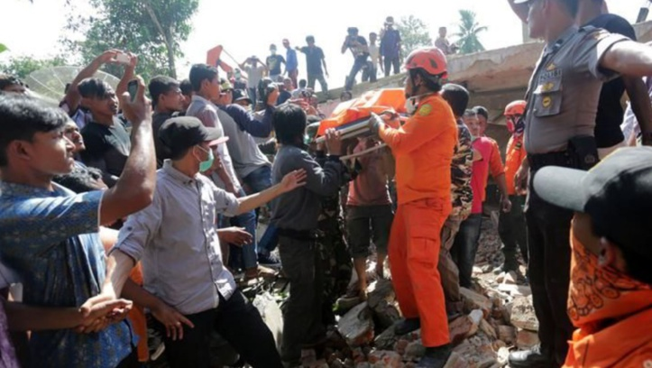 Au moins 97 morts dans un puissant séisme en Indonésie