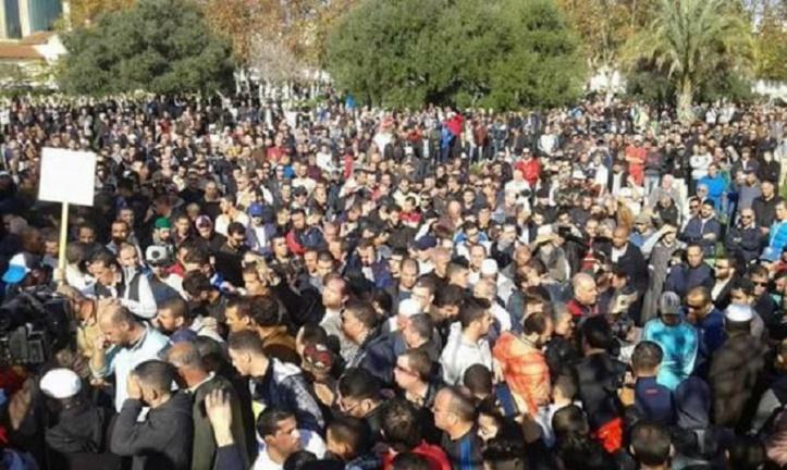 Une foule en colère à l'enterrement du journaliste Mohamed Tamalt