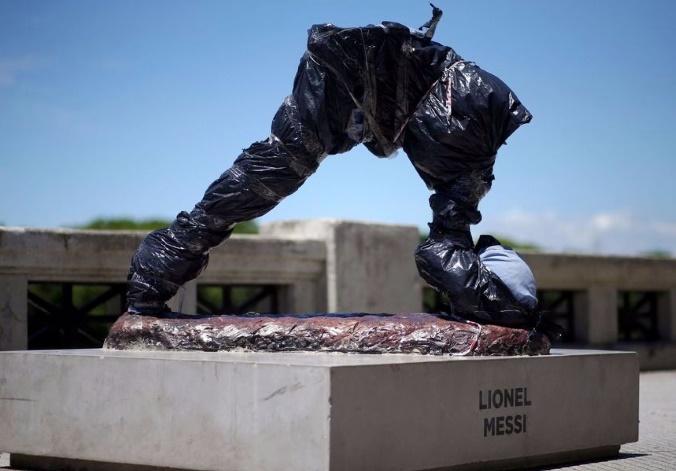 La statue de Messi retrouvée sans bras ni tête