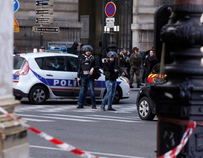 """Attaque """"à caractère terroriste"""" de militaires près du musée du Louvre"""