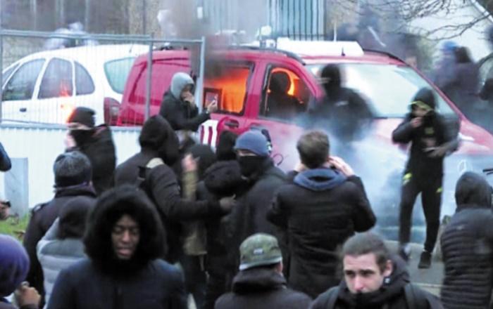 Hollande appelle au respect des personnes après de nouveaux incidents en banlieue