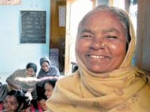 """En Inde, apprendre à lire et à écrire à """"l'école des grands-mères"""""""