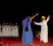 """La danse """"Rokba"""" clôt le Festival d'Ahwach à Ouarzazate"""