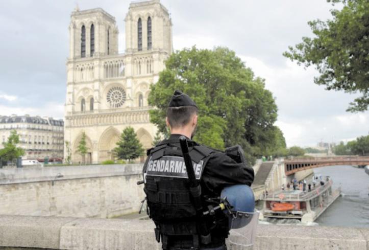 Attaque contre un policier devant Notre-Dame à Paris