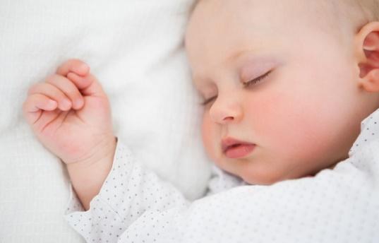 Les bébés dormiraient mieux dans leur propre chambre