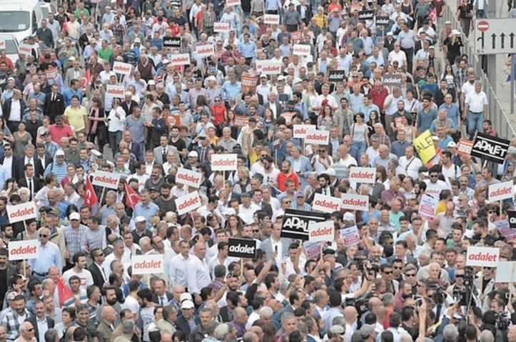Marche pour la justice d'Ankara à Istanbul en protestation contre l'arrestation d'un député du CHP