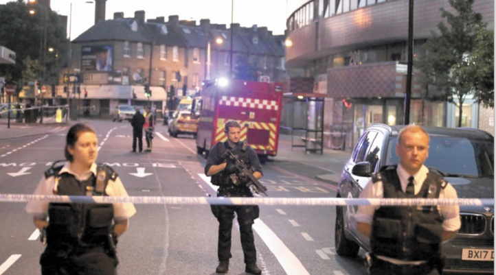 Une camionnette fonce sur des piétons à la sortie d'une mosquée à Londres
