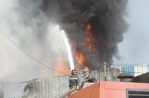 """Un dépôt de """"Colorado""""  ravagé par le feu à Bouskoura"""