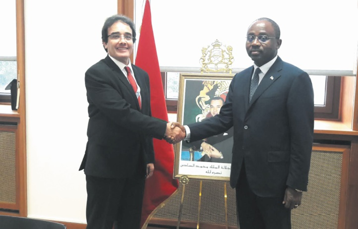 Poignée de main entre Abdelkrim Benatiq et Agapito Mba Moku.