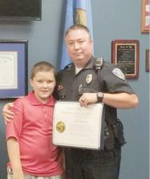 Un policier américain adopte l'enfant de 8 ans qu'il a sauvé de la maltraitance