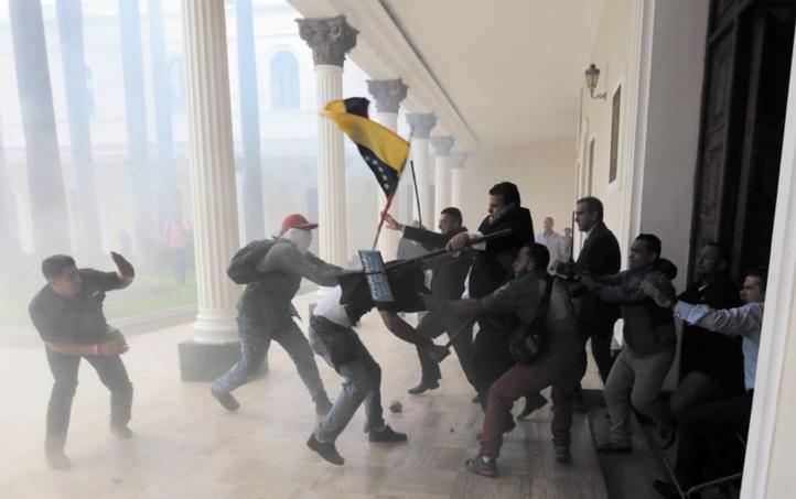 Le Parlement vénézuélien évacué après un siège de neuf heures par des pro-Maduro