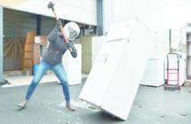 Casser un frigo à coups de masse pour évacuer les tracas du quotidien