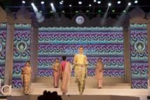 En Birmanie, la mode traditionnelle revisitée par des créateurs