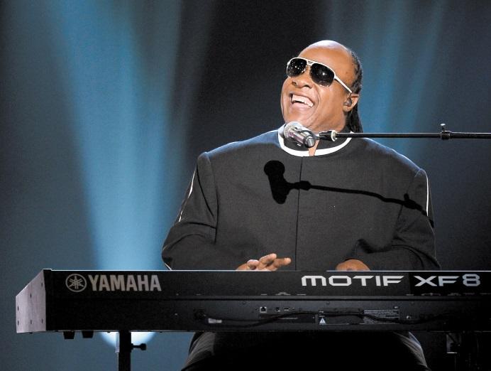 Stevie Wonder s'agenouille durant un concert contre la pauvreté