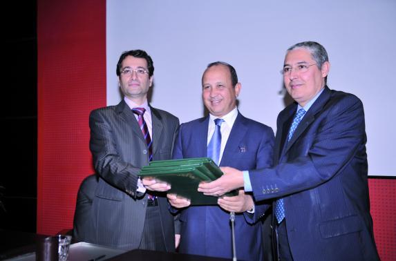 """Les deux premières banques de la Place ont signé hier une convention avec l'opérateur historique : Le """"Mobile banking"""" arrive au Maroc"""