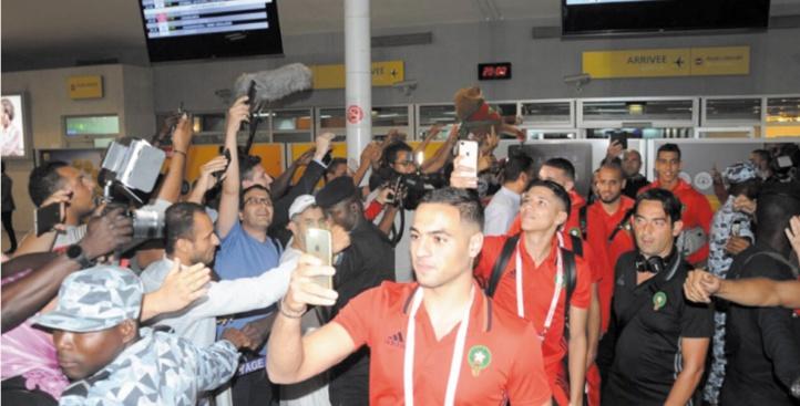 Bain de foule pour le Onze national à son arrivée à l'aéroport Felix-Houphouët Boigny