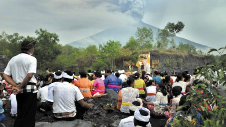 Des milliers d'habitants fuient la menace du volcan Agung