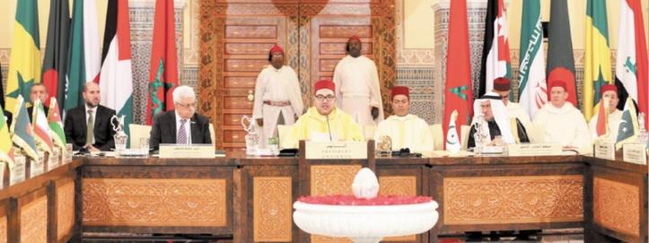 Sa Majesté le Roi présidant  une session du Comité Al-Qods.