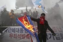 Des manifestants brûlent un drapeau nord-coréen à Séoul