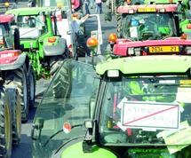 Manifestation des agriculteurs français contre la baisse de leurs revenus : 1.300 tracteurs déferlent sur Paris