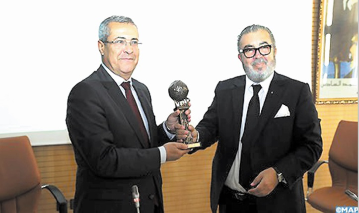 Le DG de la MAP,  Khalil Hachimi Idrissi, remettant un trophée mérité à Mohamed Benabdelkader.