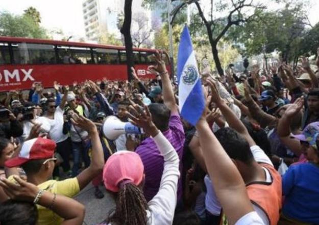 Des dizaines de migrants arrivent à la frontière USA-Mexique