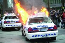 Des militants radicaux ont mis le feu à des voitures de police : Manifestations contre le G-20 à Toronto