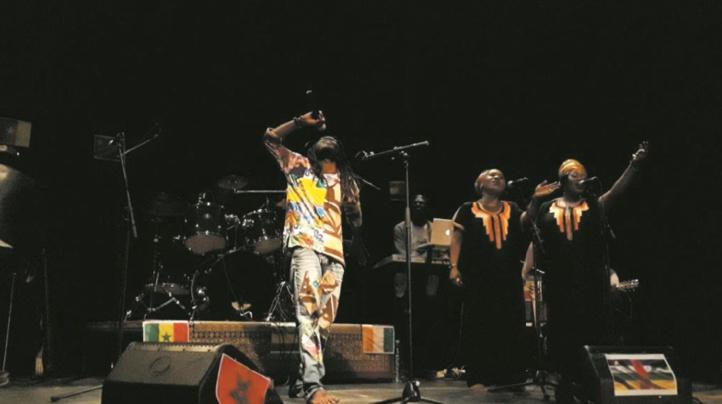 Le chanteur de reggae Rhioh Wenangolo enflamme le Théâtre 121 de l'IF de Casablanca