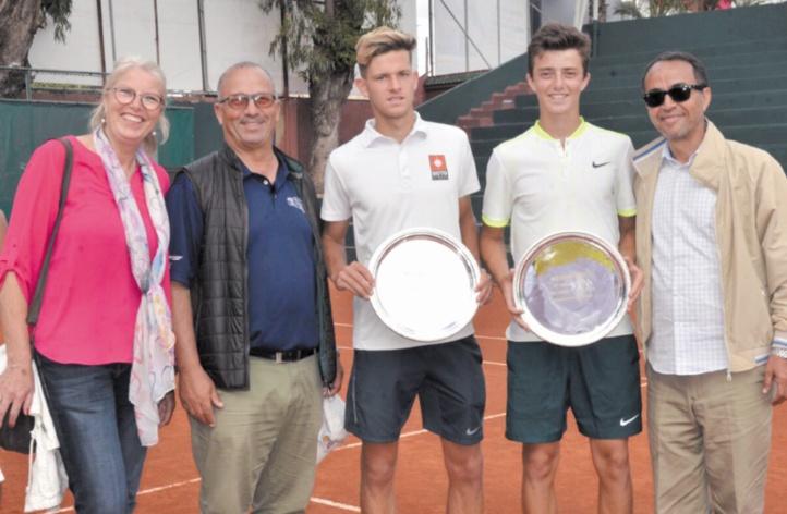 • Les vainqueurs du double Younes Lalami en compagnie du directeur du tournoi Mustapha Faïz et des parents Lalami