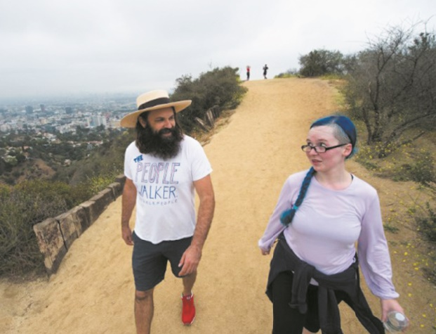 Les compagnons de marche à Los Angeles, contre l'ultra-moderne solitude