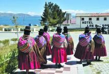 Des indigènes nettoient  le lac Titicaca pour l'exemple