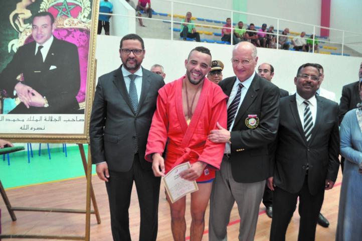 L'athlète Chakiri El Houcine, félicité par Dalil Skalli, président de la FRMSTJ  et le gouverneur de Mohammedia, Ali Salem Chagaf.
