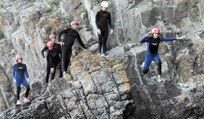 Le coasteering à l'assaut des falaises françaises