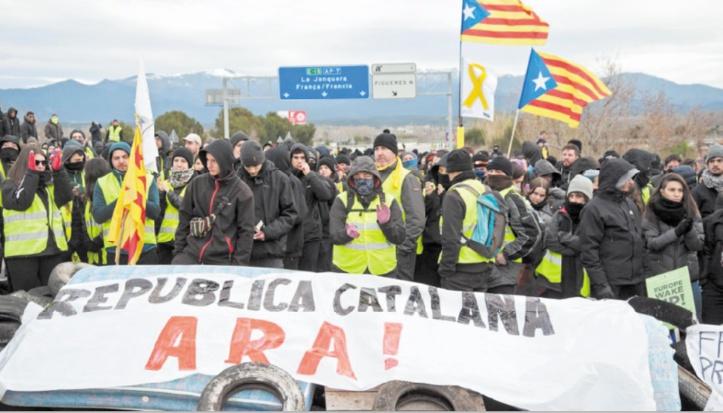 Des militants séparatistes radicaux bloquent le trafic en Catalogne