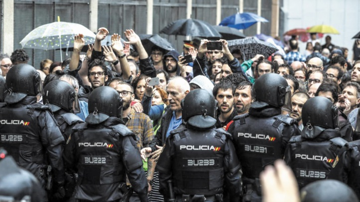 Madrid rappelle à l'ordre le président catalan après les violences à Barcelone