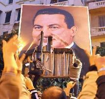 La foule descend dans la rue pour réclamer le départ de Moubarak :  L'Egypte coupée d'Internet