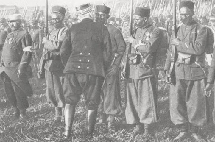 Le général Joffre décorant des tirailleurs marocains: