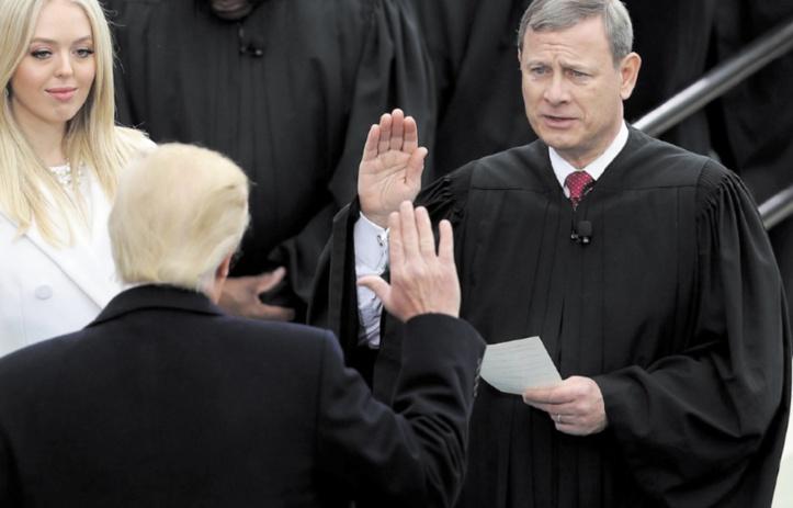 Donald Trump s'en prend  au chef de la Cour suprême
