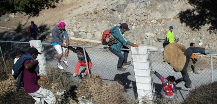 Environ 500 migrants tentent en vain de franchir la frontière américaine à Tijuana