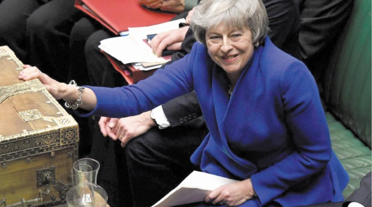 Theresa May survit de justesse à une motion de censure