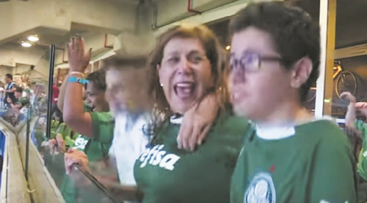 """""""Buuuut!"""": Une Brésilienne commente les matchs de foot pour son fils aveugle"""
