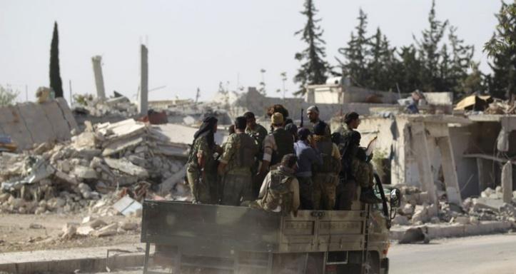 Des civils et combattants de l'EI se rendent aux forces arabo-kurdes