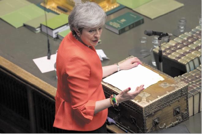 Le Parlement appuie la nouvelle stratégie de May incluant un possible report du Brexit