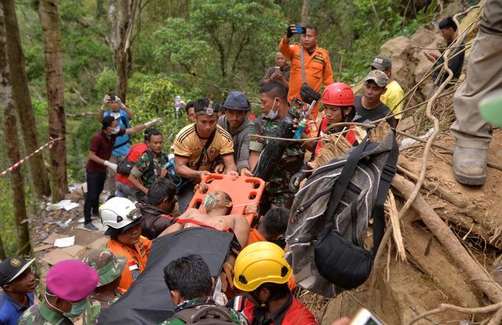 L'espoir s'amenuise pour les mineurs prisonniers d'une mine d'or effondrée en Indonésie