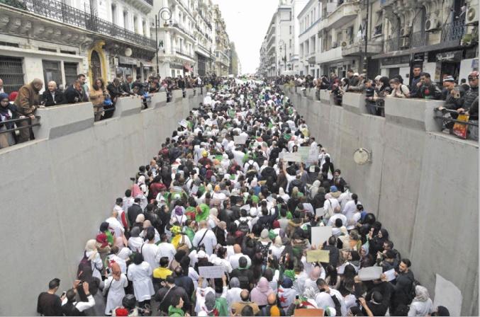 Etudiants et professionnels de Santé défilent contre Bouteflika à Alger