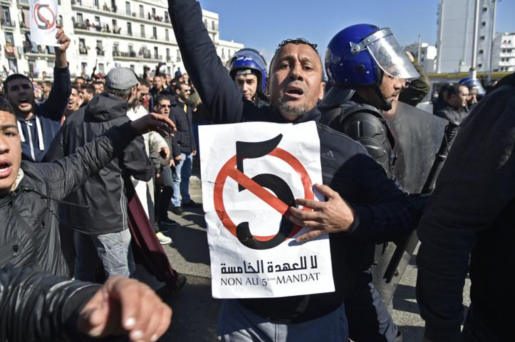 A Alger, les manifestants aiguisent leurs armes dans des cours de droit sauvages